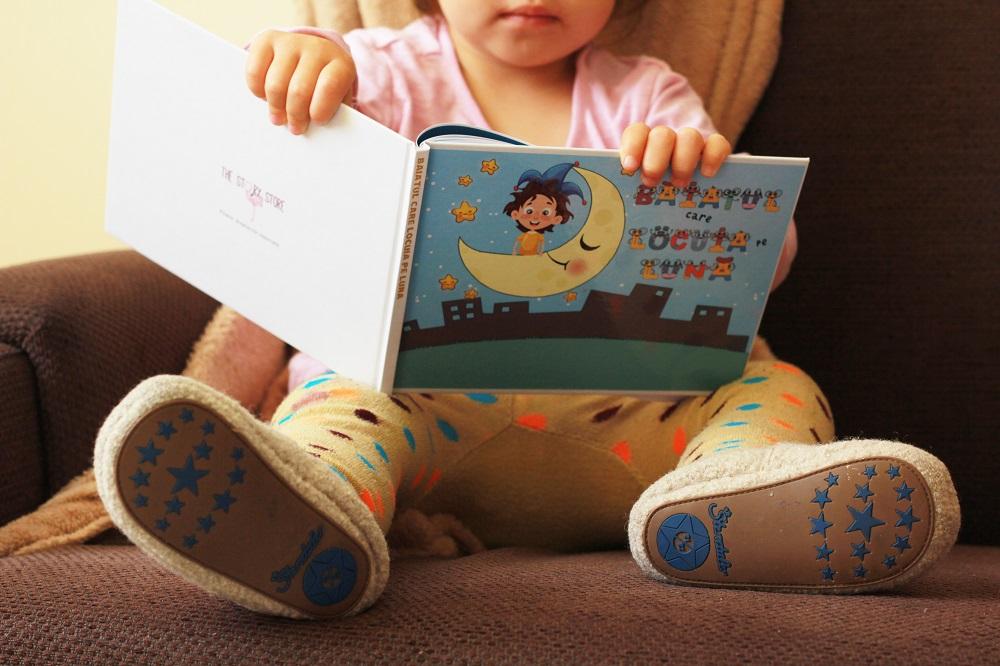 Carte personalizata tinuta de copil